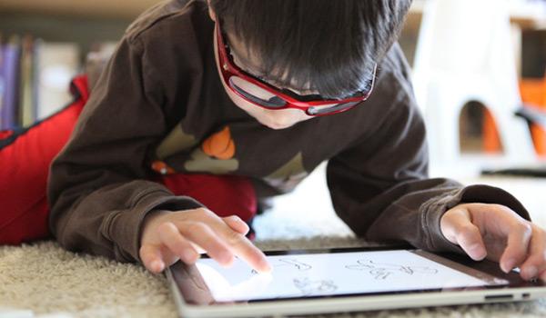 kids play ipad